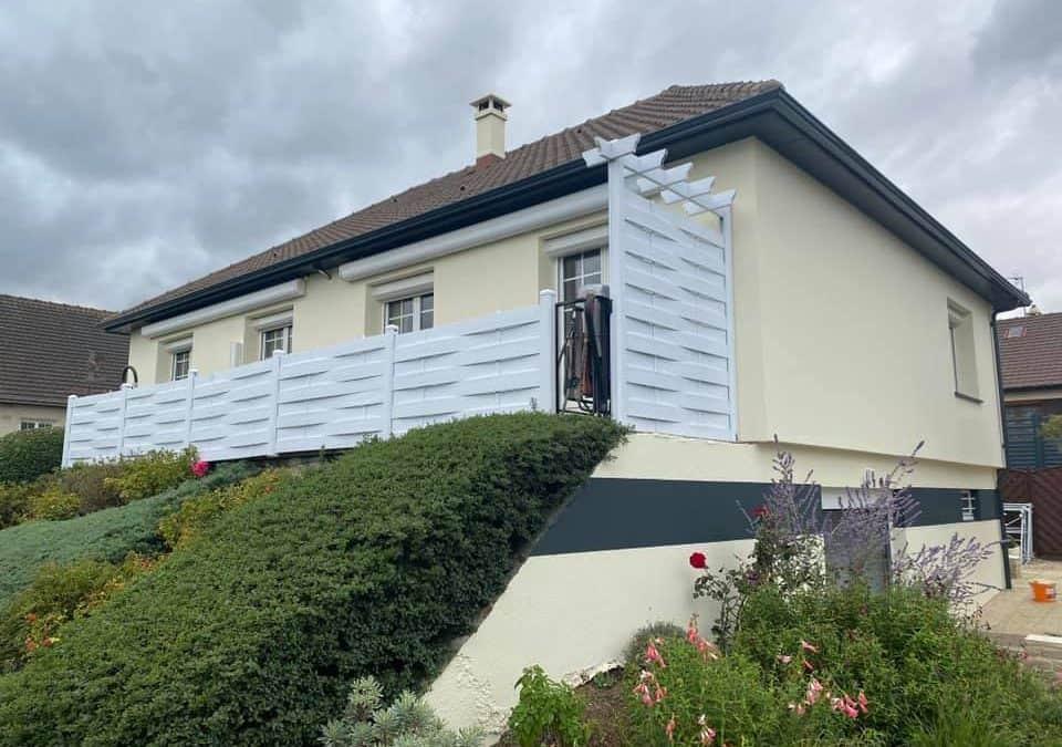 Ravalement avec frise murale peinte sur une maison à Verson (14) près de Caen