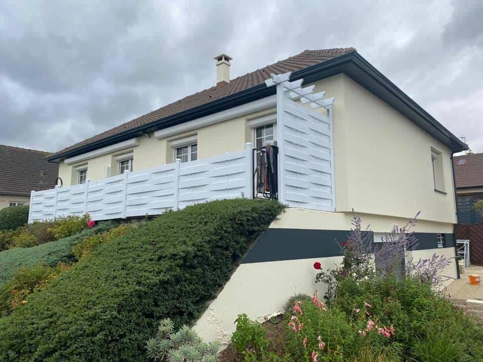 Ravalement avec frise murale peinte sur une maison à Verson (14)