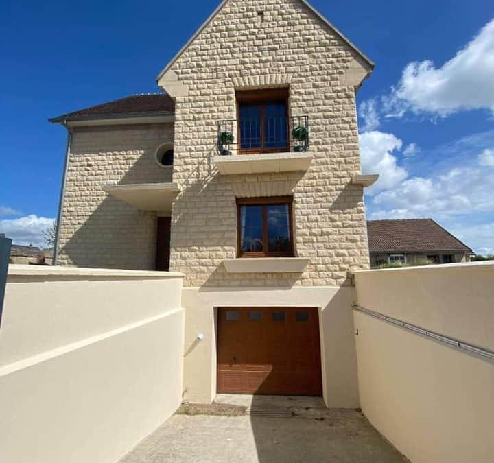Ravalement de façades sur une magnifique maison en pierre de Caen (14)